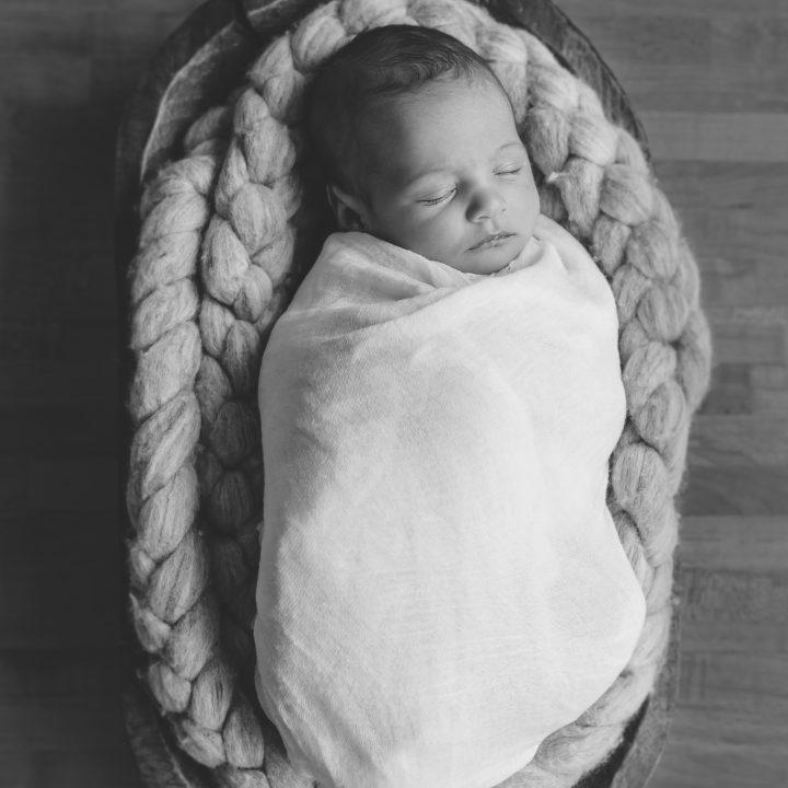 Lifestyle newbornshoot, newbornfotografie aan huis