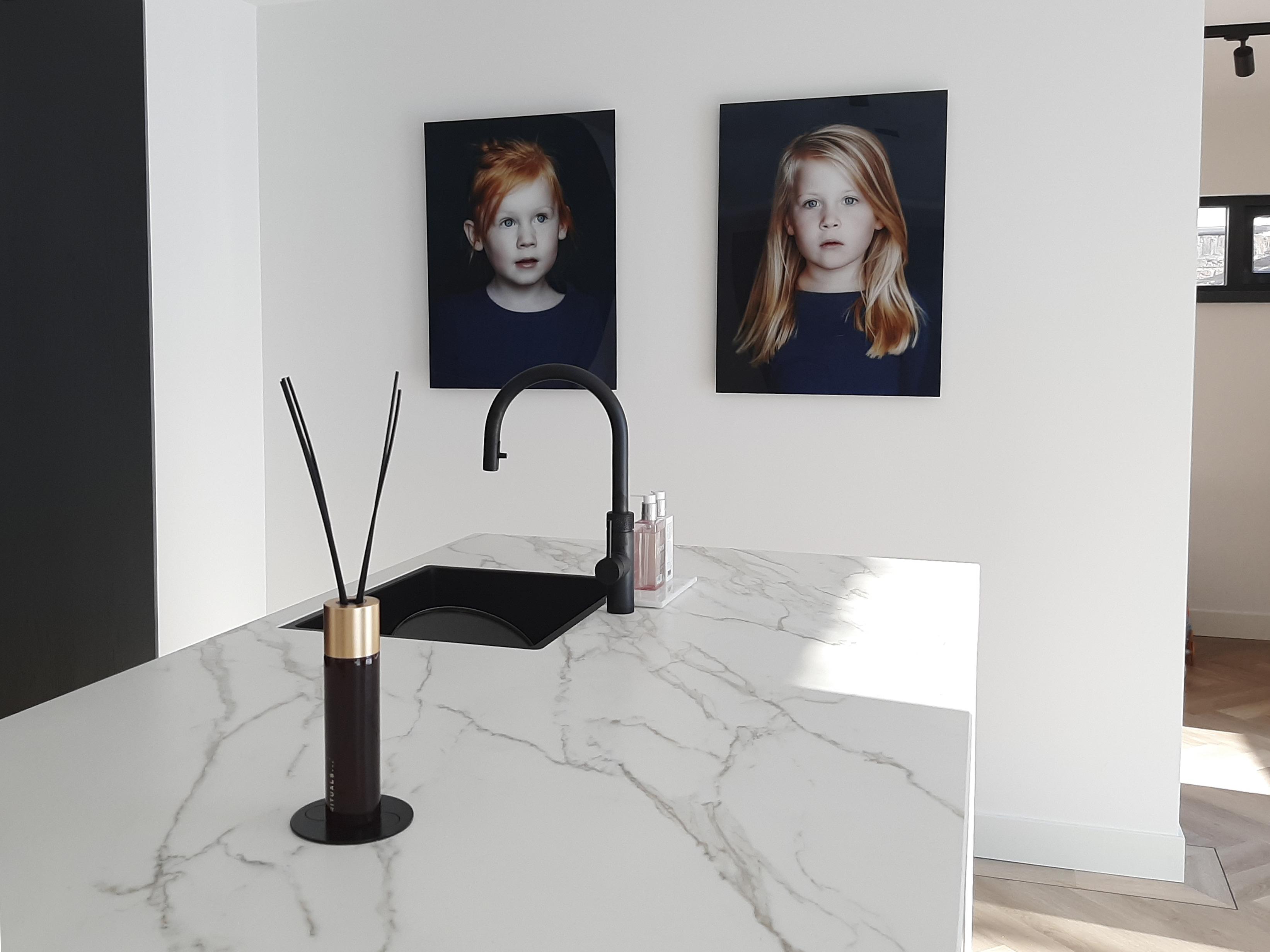 Kinderportret als kunstwerk in huis